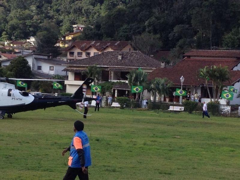 07.jul.2014 - 07.jul.2014 - Luiz Felipe Scolari caminha rumo a helicóptero com destino a Belo Horizonte, onde o técnico e o capitão Thiago Silva concedem entrevista coletiva no Mineirão, às 17h30. Aeronave decolou às 14h50 desta segunda-feira