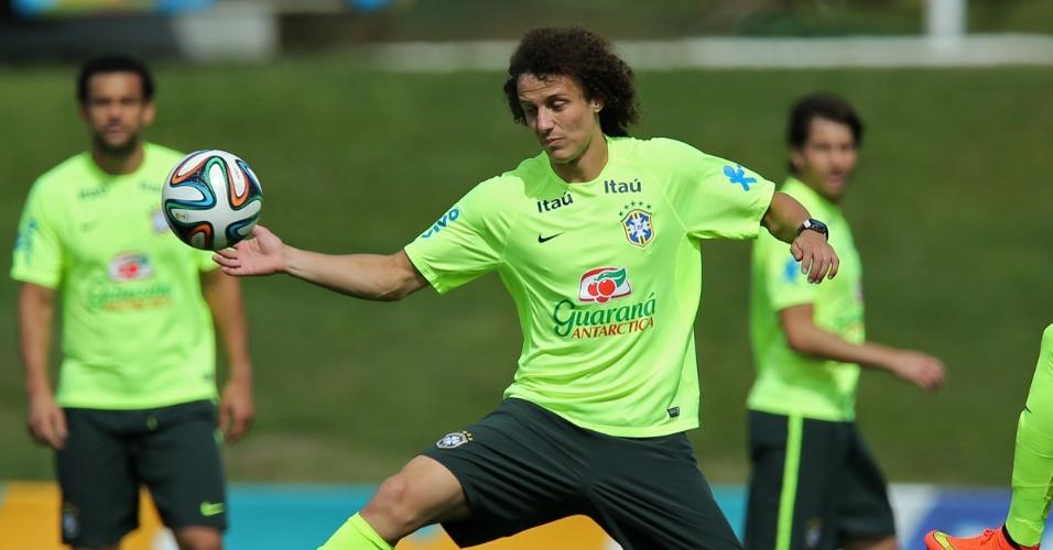 07.jul.2014 - David Luiz coloca a mão na bola durante coletivo da seleção brasileira no treino desta segunda-feira (07/07)