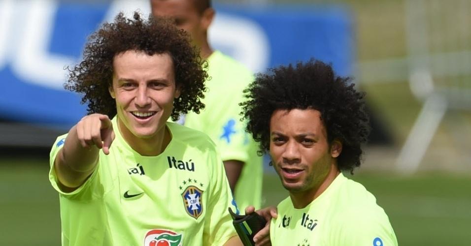 07.jul.2014 - David Luiz conversa com Marcelo durante treino da seleção brasileira na Granja Comary, em Teresópolis