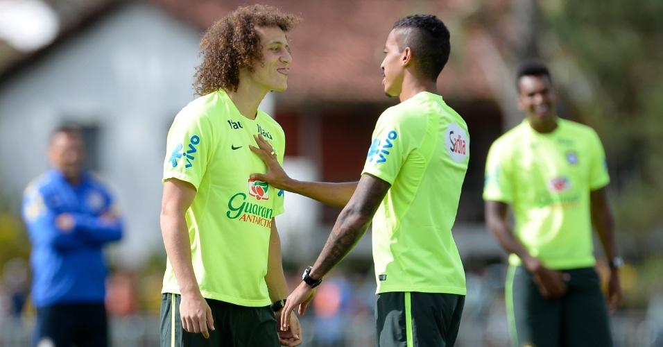 07.jul.2014 - David Luiz mostra a língua para Luiz Gustavo durante treino da seleção brasileira na Granja Comary, o último em Teresópolis antes da viagem a Belo Horizonte
