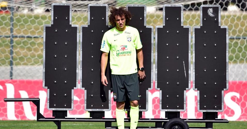 07.jul.2014 - David Luiz treina cobranças de falta na Granja Comary durante o último treino da seleção brasileira antes da viagem a Belo Horizonte
