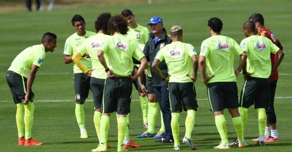 07.jul.2014 - Felipão conversa com os jogadores da seleção brasileira durante o último treino na Granja Comary antes da viagem a Belo Horizonte