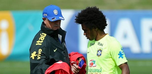 Felipão dá colete de reserva a Willian no início do treino do Brasil na Granja Comary
