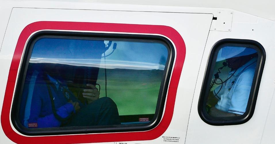 07.jul.2014 - Felipão e Thiago Silva embarcam no helicóptero a caminho de Belo Horizonte. Eles chegarão a Minas Gerais no aeroporto da Pampulha antes dos jogadores da seleção por conta da entrevista coletiva às 17h30 desta segunda-feira (07/07), no Mineirão