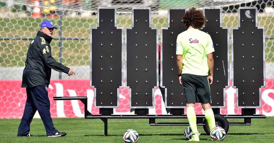 07.jul.2014 - Felipão orienta David Luiz durante treino de cobranças de falta na Granja Comary