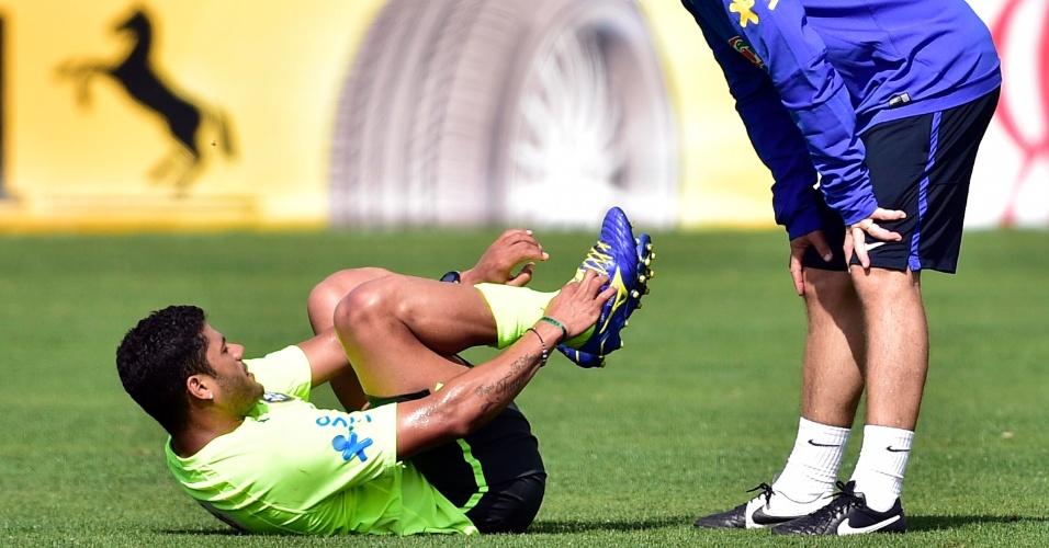 07.jul.2014 - Hulk cai no gramado durante treino da seleção brasileira na Granja Comary, o último antes da viagem a Belo Horizonte, palco da semifinal contra a Alemanha