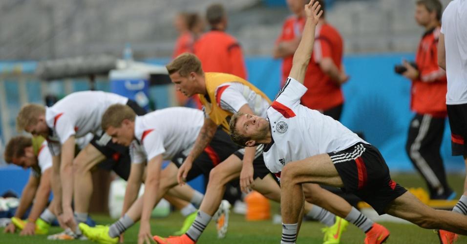 07.jul.2014 - Jogadores alemães se aquecem antes de treino no gramado do Mineirão