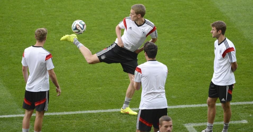 07.jul.2014 - Jogadores da Alemanha batem bola no Mineirão na véspera do confronto diante do Brasil