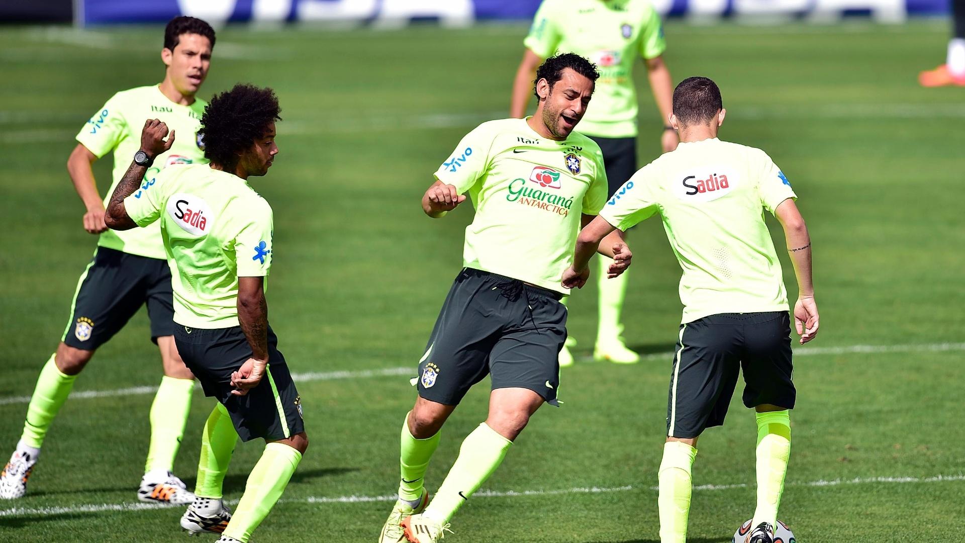 07.jul.2014 - Jogadores da seleção brasileira fazem aquecimento com bola no último treino na Granja Comary antes da viagem a Belo Horizonte