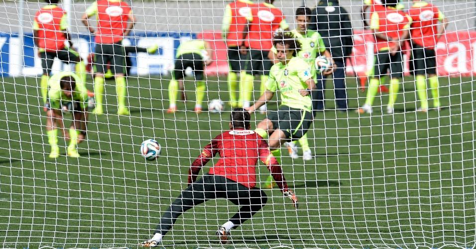 07.jul.2014 - Jogadores da seleção brasileira treinam pênaltis na Granja Comary. Na cobrança, David Luiz