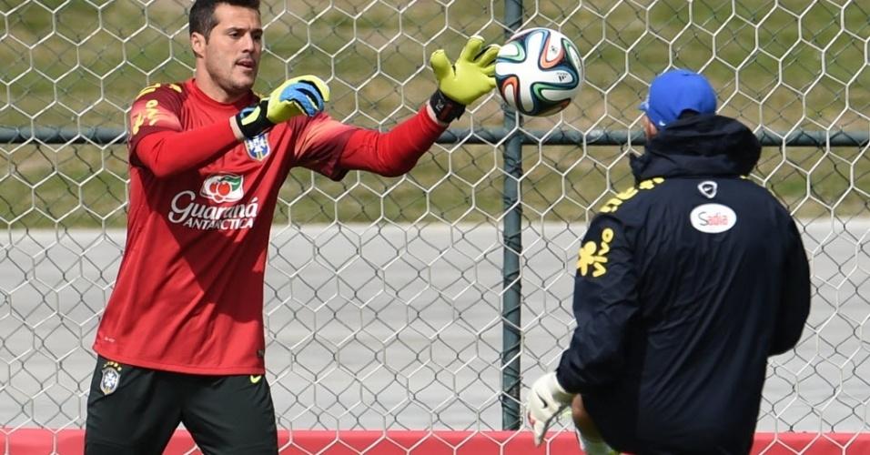 07.jul.2014 - Júlio César treina reflexos durante atividade da seleção brasileira na Granja Comary