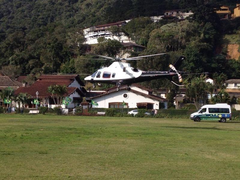 07.jul.2014 - Luiz Felipe Scolari, Thiago Silva e assessor de imprensa da CBF deixam Granja Comary em helicóptero com destino a Belo Horizonte. Aeronave decolou às 14h50. Às 17h30, técnico e capitão do Brasil concedem entrevista coletiva no Mineirão