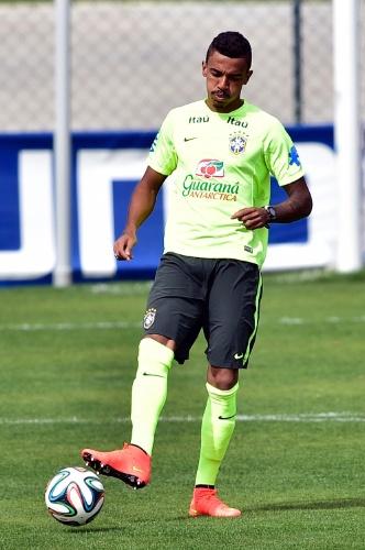 07.jul.2014 - Luiz Gustavo foi o escolhido por Felipão para substituir Neymar no time titular da seleção no treino desta segunda-feira (07/07)