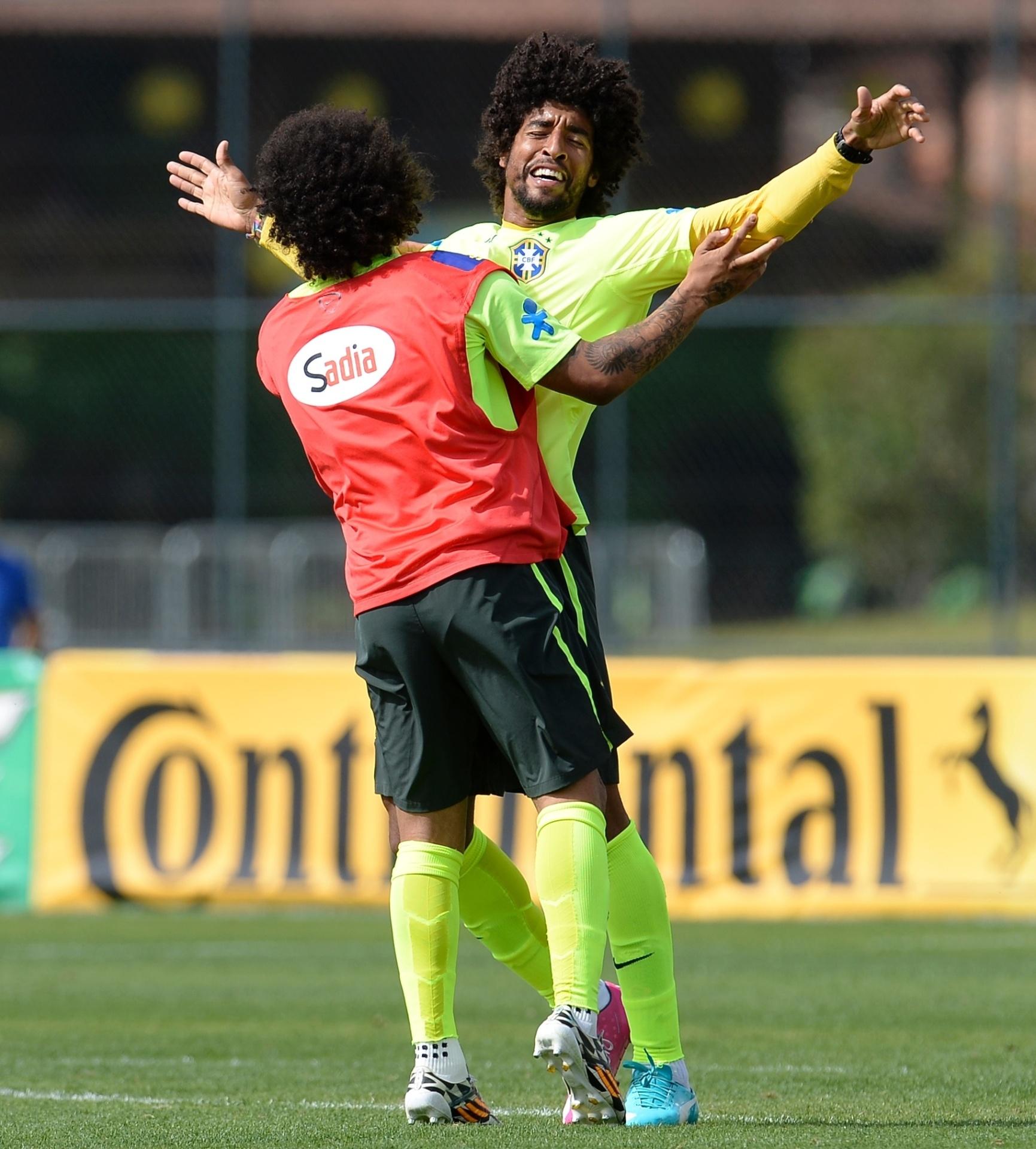 07.jul.2014 - Marcelo e Dante comemoram durante treino da seleção brasileira na Granja Comary