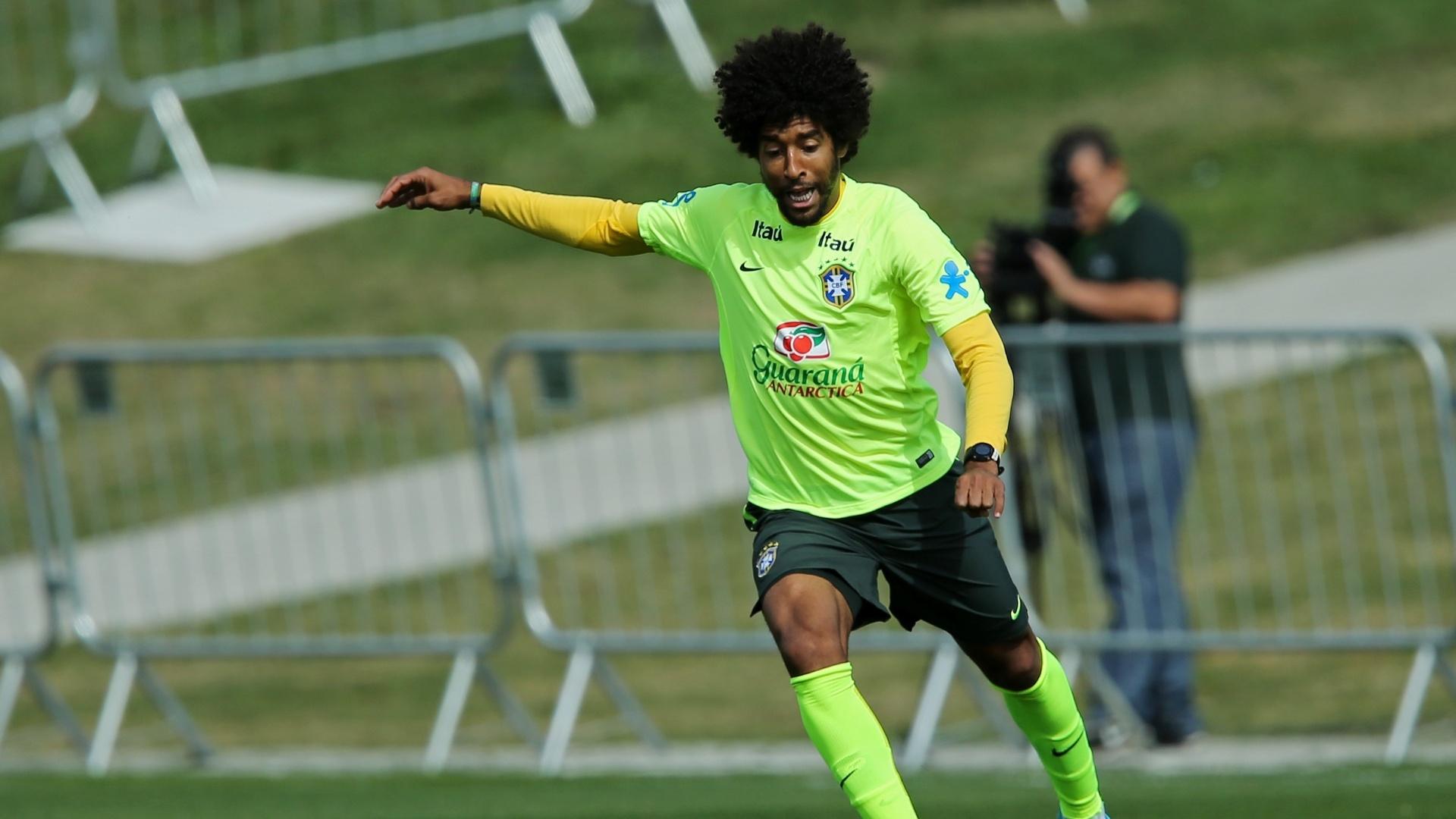 07.jul.2014 - Substituto de Thiago Silva para o jogo contra a Alemanha, Dante participa de treino coletivo da seleção