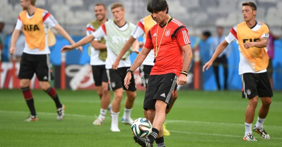 07.jul.2014 - Técnico da Alemanha, Joachim Low, brinca com a bola enquanto time faz aquecimento no Mineirão