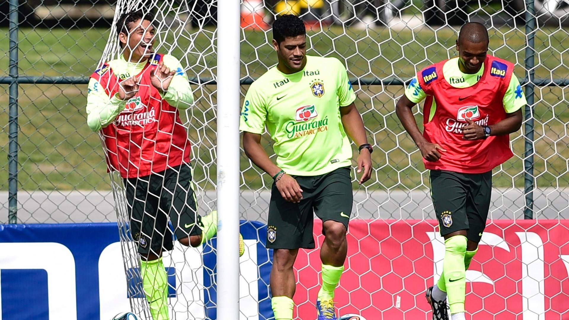 07.jul.2014 - Thiago Silva, Hulk e Fernandinho brincam durante treino da seleção brasileira nesta segunda (07/07), o último antes da viagem a Belo Horizonte