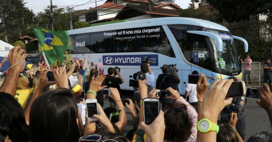 07.jul.2014 - Torcedores acenam para o ônibus da seleção e se despedem dos jogadores, que deixaram a Granja Comary às 15h05 desta segunda-feira (07/07)