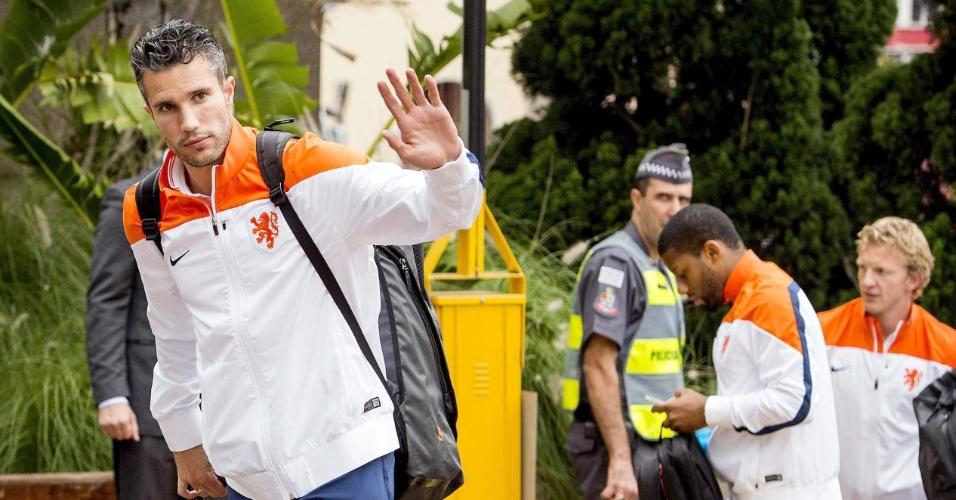 07.jul.2014 - Van Persie acena na chegada à concentração em São Paulo