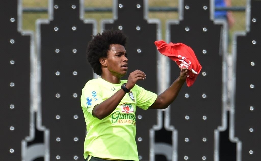 07.jul.2014 - Willian pega o colete de reserva em uma das mudanças feitas por Felipão no treino desta segunda-feira (07/07) para testar esquemas do Brasil sem Neymar