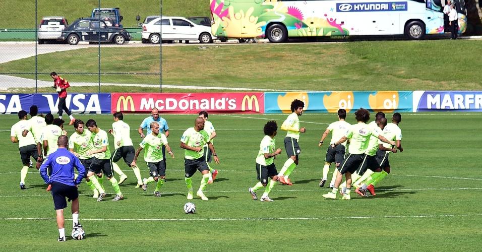 07.jun.2014 - Jogadores da seleção brasileira realizam trabalho de aquecimento no último treino na Granja Comary antes de viajarem para Belo Horizonte