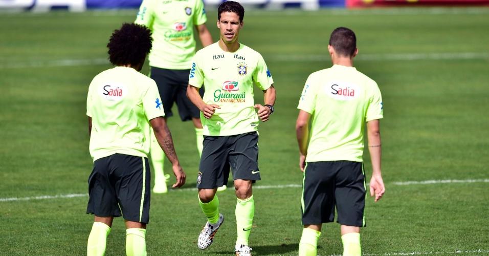07.jun.2014 - Marcelo, Hernanes e Oscar durante aquecimento no último treino da seleção antes da viagem a Belo Horizonte