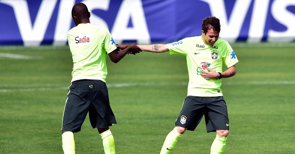07.jun.2014 - Ramires brinca com Bernard antes de treino da seleção brasileira na Granja Comary