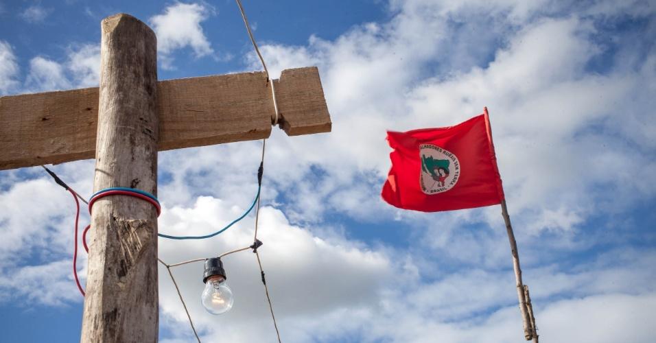 """Assentamento do MST conhecido como """"Meu pedacinho de chão"""", em Moreno, no interior pernambucano, assiste à partida da seleção brasileira contra a Colômbia a partir de ligações clandestinas"""