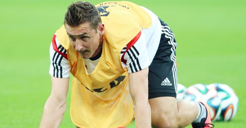 Atacante Miroslav Klose se aquece para treino no Mineirão
