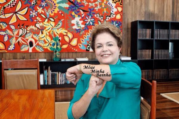 """Até a tatuagem da Barbara Evans foi parar no braço de Dilma fazendo o gesto do """"É Tois"""""""