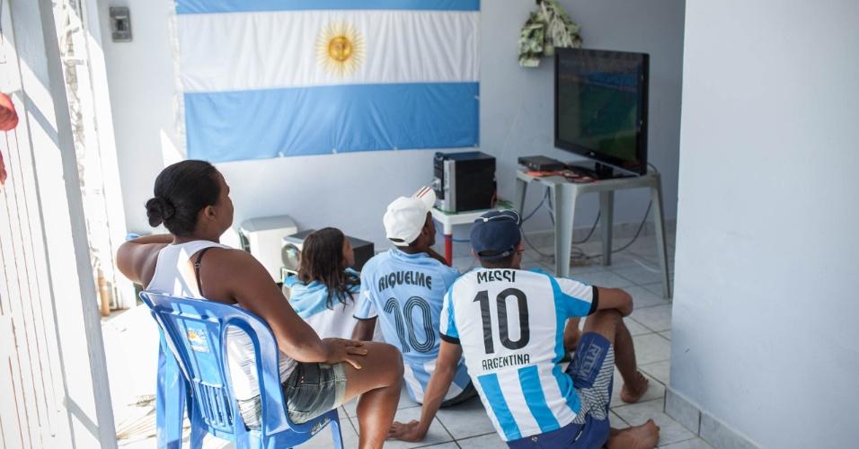 Bandeira da Argentina faz parte da decoração na casa onde moradores se reúnem para torcer pelo país na Copa do Mundo
