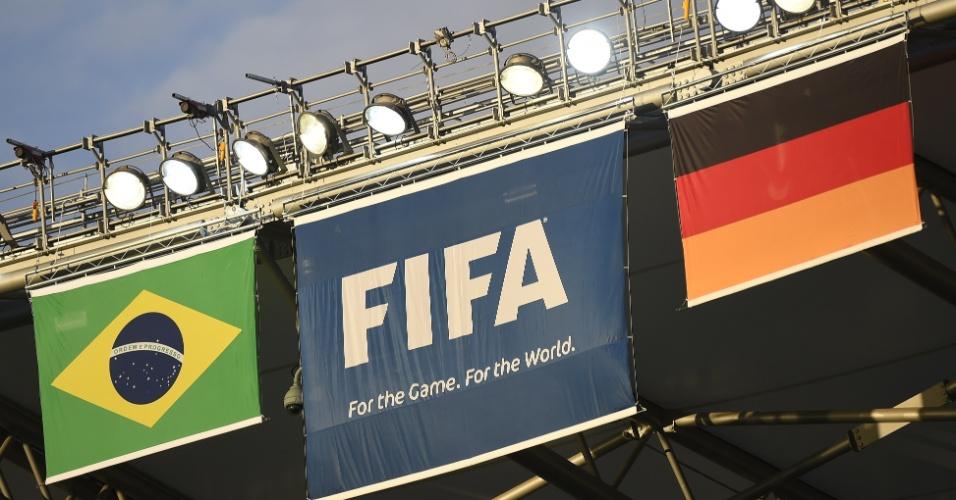 Bandeiras de Brasil e Alemanha já estão posicionadas no Mineirão para a partida desta terça-feira