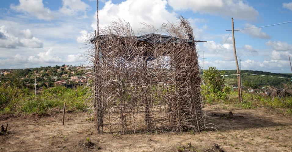 """Barracos do assentamento do MST conhecido como """"Meu Pedacinho de Chão"""", em Moreno, no interior pernambucano; eles assistem a Brasil x Colômbia com ligação clandestina"""