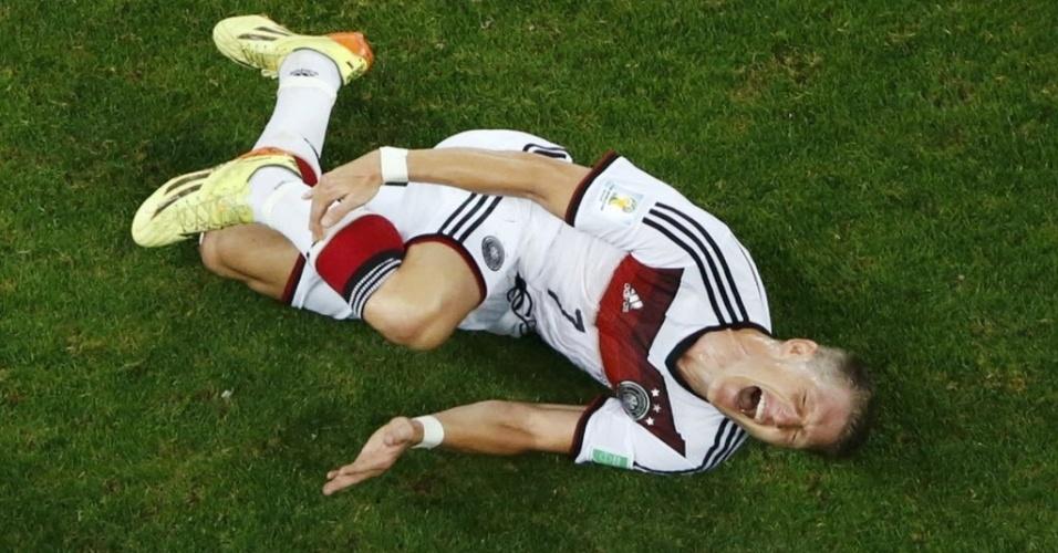 Bastian Schweinsteiger, da Alemanha, sofre falta de Rafik Halliche, da Algéria, nas oitavas de final