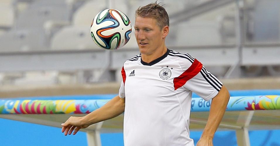 Bastian Schweinsteiger trabalha com bola durante treino da Alemanha no Mineirão, palco da semifinal contra o Brasil