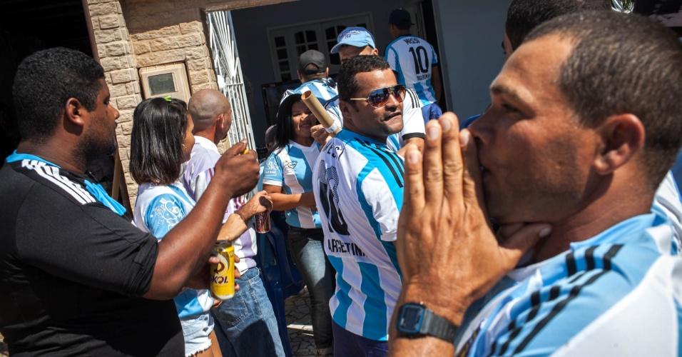 Brasileiros comemoram o gol da Argentina contra a Bélgica na pequena cidade de Buenos Aires