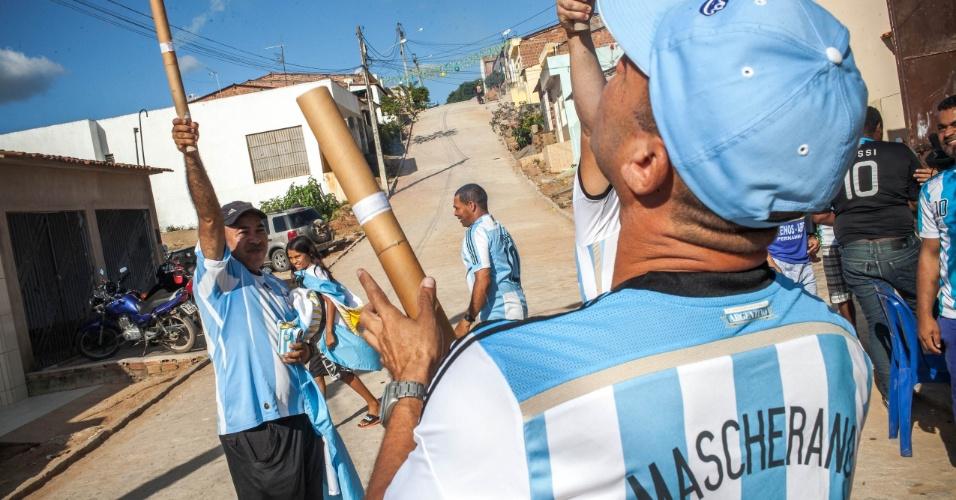 Brasileiros da Buenos Aires pernambucana, soltam foguetes após o fim do jogo da Argentina contra a Bélgica