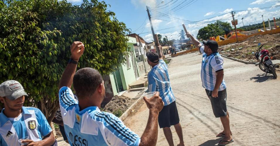 Brasileiros da Buenos Aires pernambucana soltam foguetes após o gol da Argentina contra a Bélgica