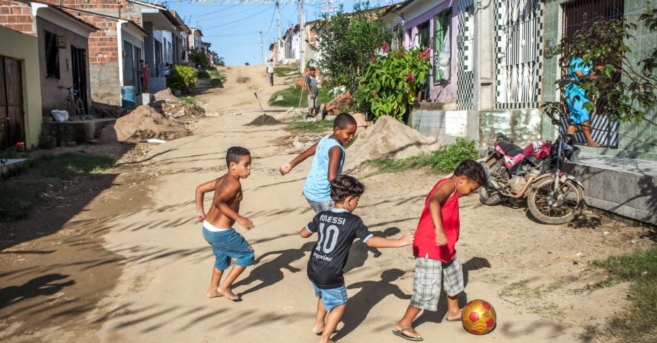 Crianças jogam bola nas ruas da pequena cidade de Buenos Aires