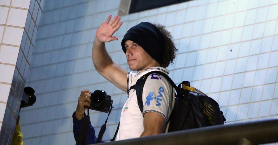 David Luiz acena na chegada ao hotel da seleção em Belo Horizonte