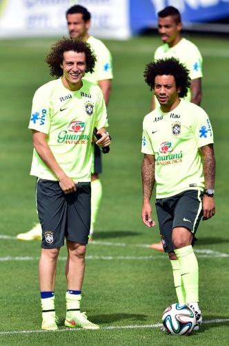 David Luiz e Marcelo sorriem antes de treino da seleção na Granja Comary, o último antes de viajarem para Belo Horizonte, onde o Brasil enfrenta a Alemanha pelas semifinais