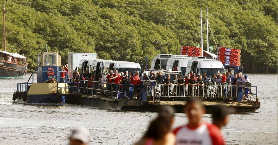 Elenco da Alemanha deixa a Vila de Santo André, onde está concentrado, de balsa