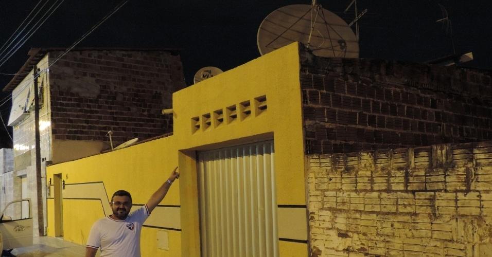 Elenilson Dantas aponta para sua super antena que sintoniza canais do mundo inteiro