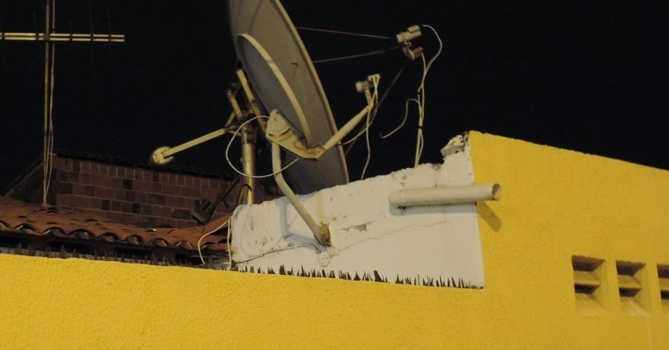 Elenílson instalou uma super antena parabólica em sua casa, em Fortaleza, para acompanhar o futebol em mais de 20 países