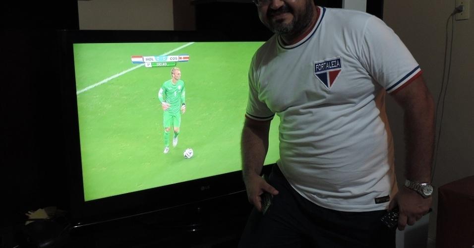 Elenilson mostra a sala onde ele passa boa parte do tempo vendo jogos do futebol internacional