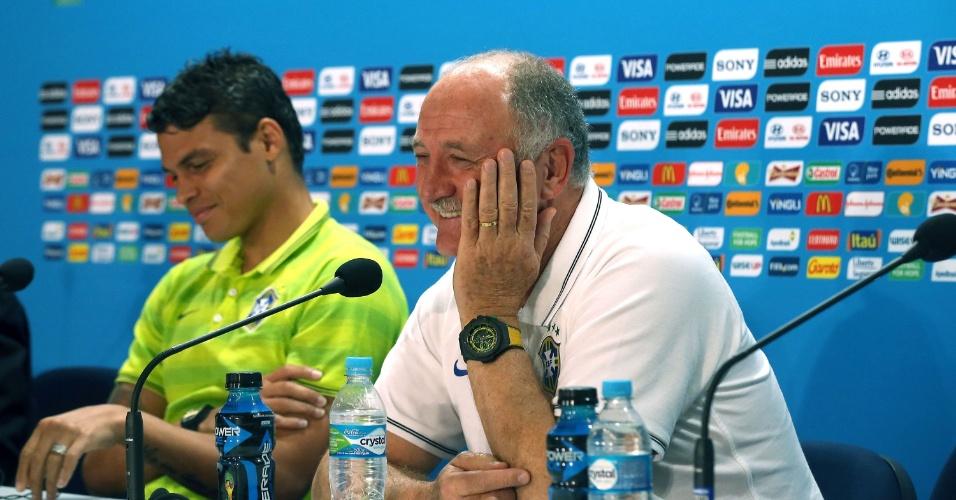 Felipão e Thiago Silva dão risada durante coletiva antes da semifinal contra a Alemanha no Mineirão