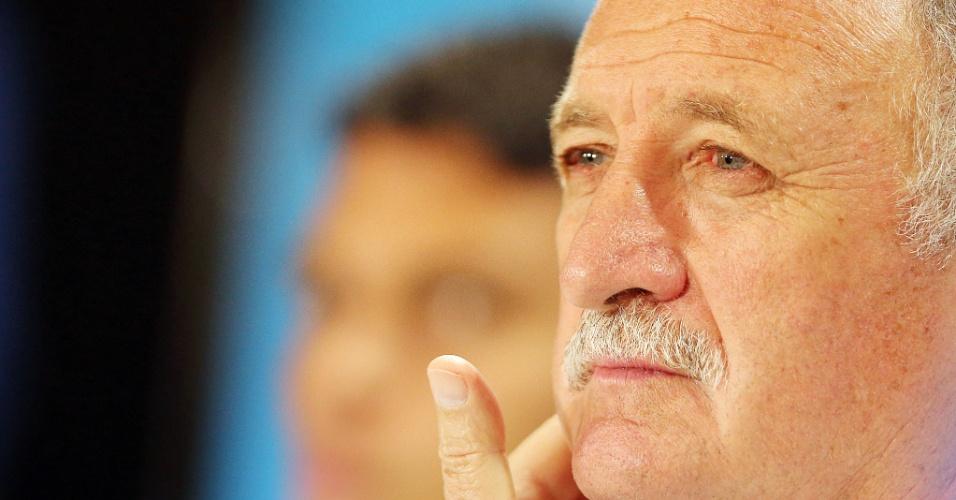 Felipão presta atenção a pergunta de jornalista durante entrevista coletiva no Mineirão