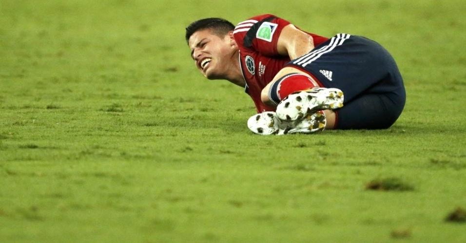 James Rodriguez, da Colômbia, rola de dor depois de falta na quarta de final contra o Brasil, no Castelão