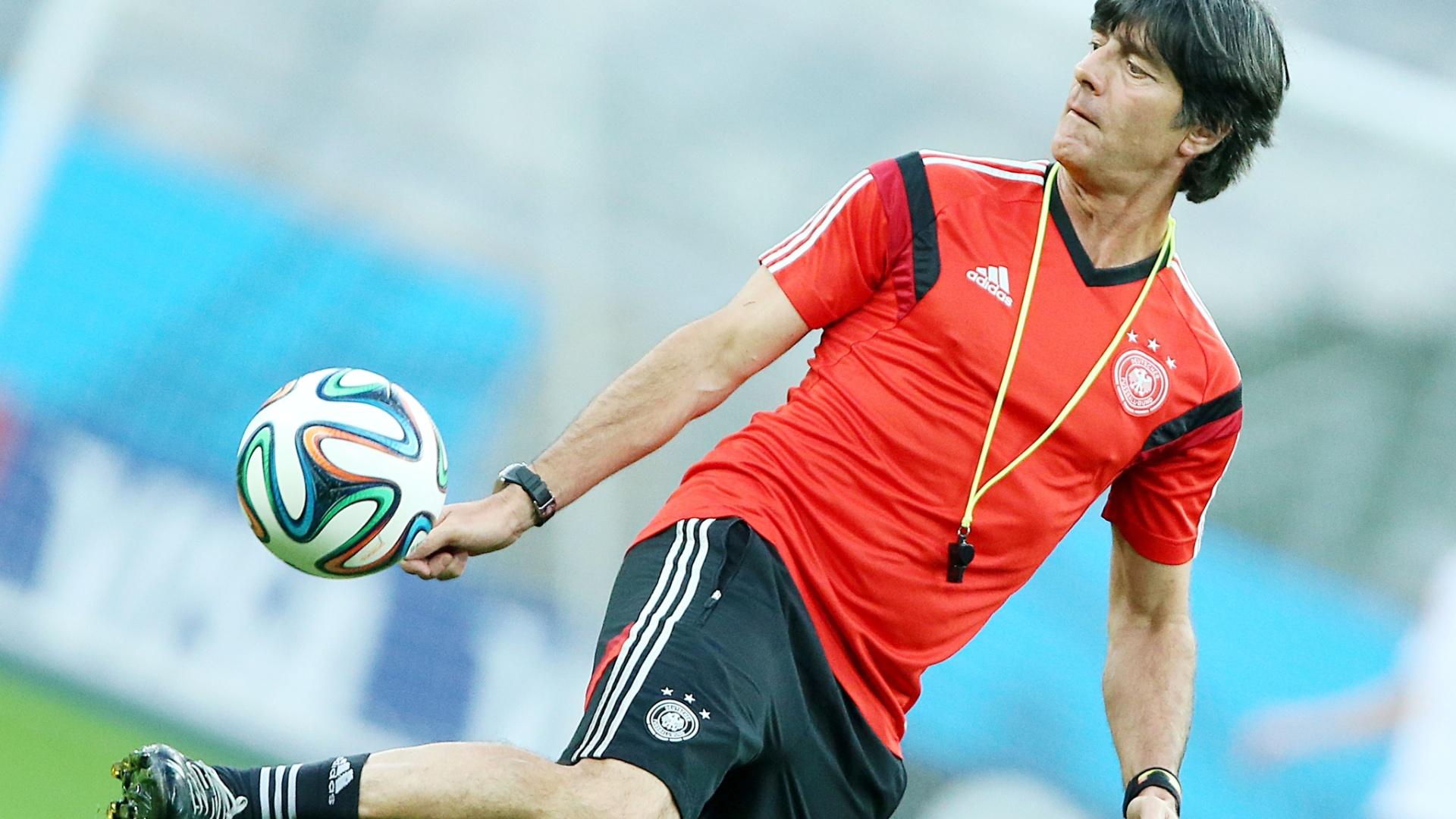 Joachim Löw brinca com a bola durante treino da Alemanha em Belo Horizonte