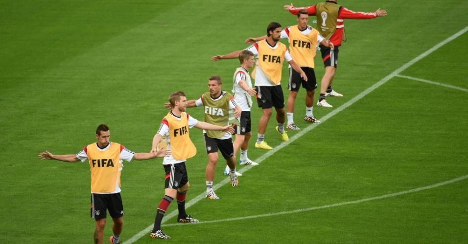 Jogadores da Alemanha se aquecem para treino no gramado do Mineirão